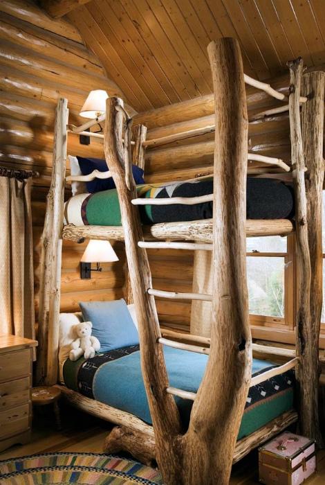 Спальня, обшитая деревом.