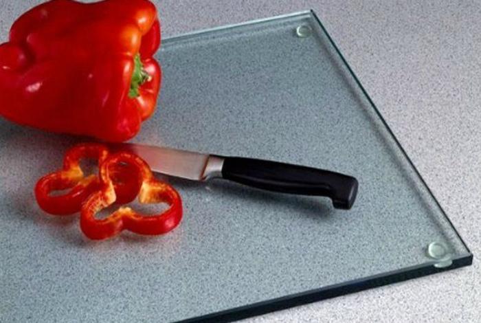 Осторожность при работе со стеклянной досочкой. | Фото: Пузо2арбуза.ру.