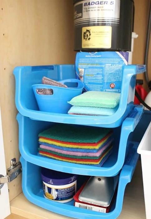 Этажерка из пластиковых контейнеров. | Фото: Pinterest.