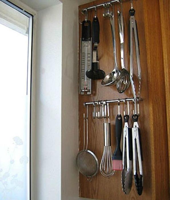 Боковые поверхности шкафов тоже можно использовать с пользой, например, разместить на них планку с крючками для кухонных принадлежностей.