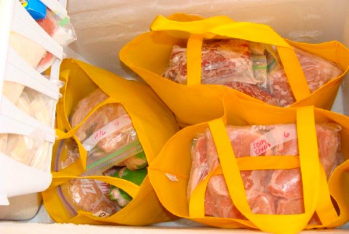 В вертикальных морозильных камерах, продукты лучше хранить в текстильных сумках.