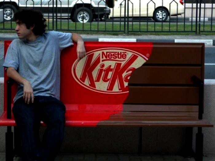 «Шоколадная» лавочка в центре города от Kit Kat.