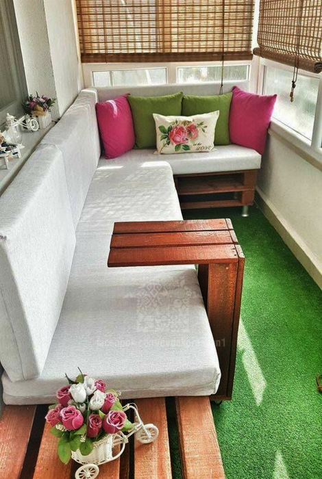 Балкон с большим диваном. | Фото: cvsasa.access.ly.
