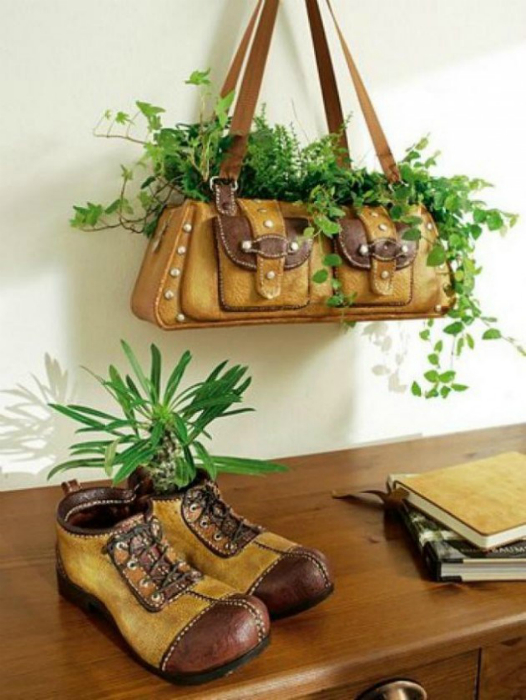 Кашпо для цветов из старой женской сумки и мужских ботинок.