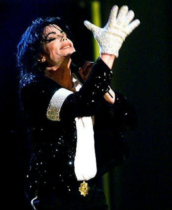 Перчатка Майкла Джексона за 350000 долларов.