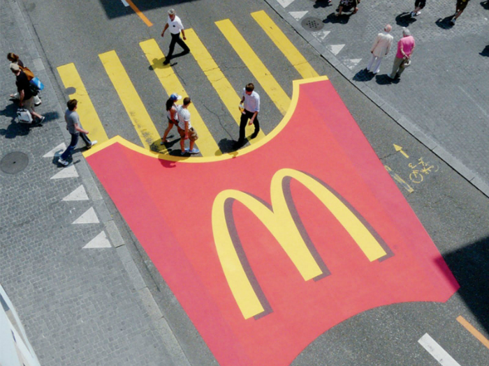 Красочная зебра в виде картошки фри от McDonald's.