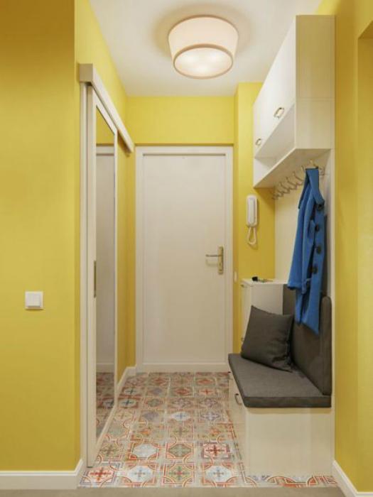 Маленькая прихожая с лимонно-желтыми стенами. | Фото: Houzz.