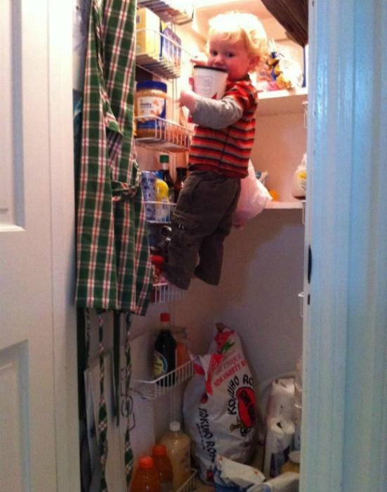 По мнению Novate.ru, у этого ребенка есть все шансы, чтобы стать альпинистом. | Фото: Пикабу.