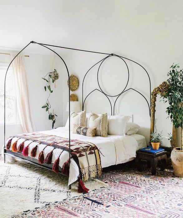 Кровать с металлическим каркасом.