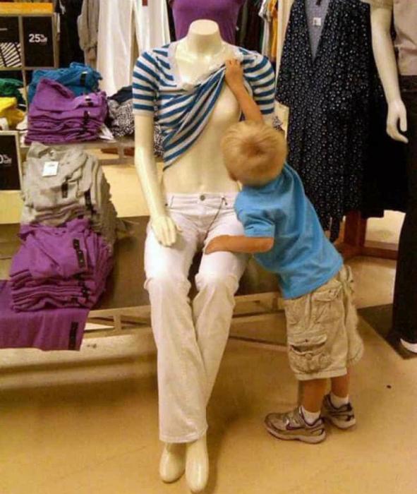 Очень странная тетенька, надо ее осмотреть повнимательнее. | Фото: Noticias ao Minuto.