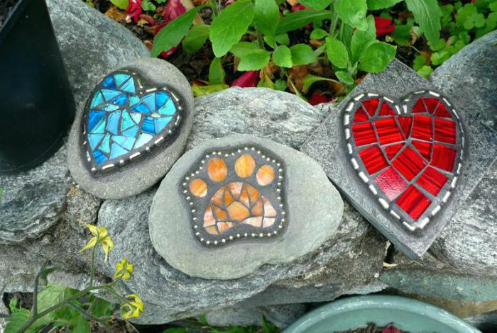 Камни, декорированные мозаикой. | Фото: The Flow Zone.