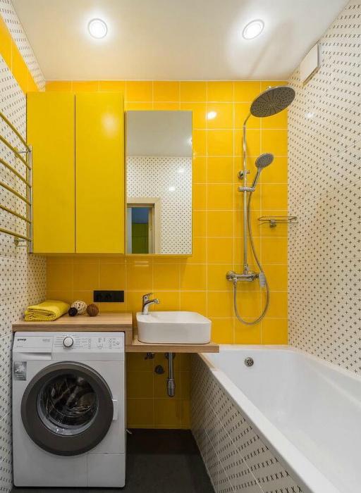 Маленький санузел с акцентной стеной. | Фото: Pinterest – Пинтерест.