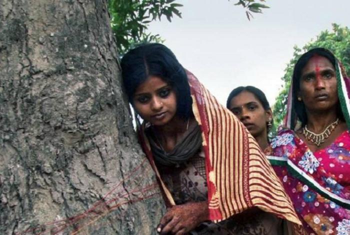 Замужество с деревом в Индии. | Фото: Gulf News.