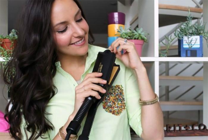 Обыкновенным утюжком для волос можно быстро разгладить мелкие складки на одежде.