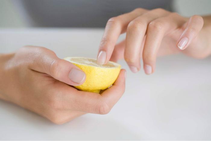Отбеливание ногтей лимоном. | Фото: Proartcat.