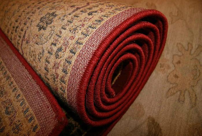 Убираем ковры и пылесборники. | Фото: Евро Чистка.