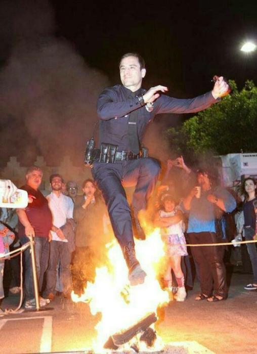 Офицер доказывает толпе, что полицейский может практически все.
