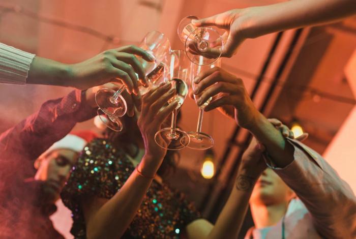 Поднимать бокал с водой за здоровье. | Фото: Фактрум.