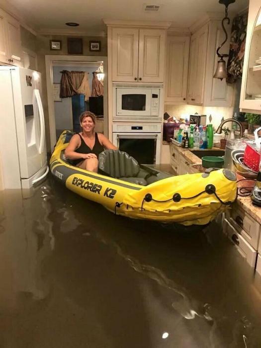 По мнению Novate.ru, потоп - лучший повод проветрить лодку. | Фото: ЯПлакалъ.
