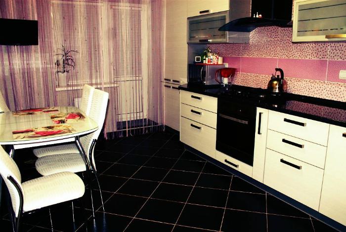 Темный пол в кухне. | Фото: Dekoriko.Ru.