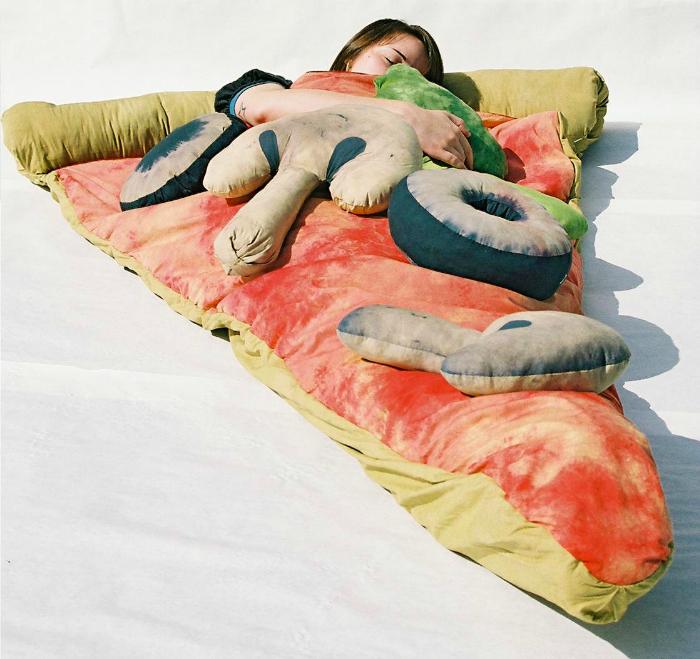 Спальное место с сыром, помидорами и грибами.