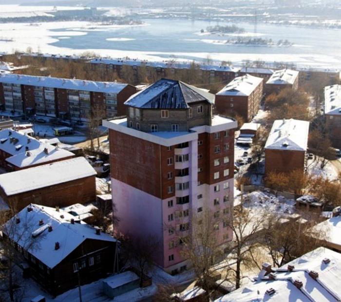 Двухэтажный дом на крыше многоэтажки в Иркутске.