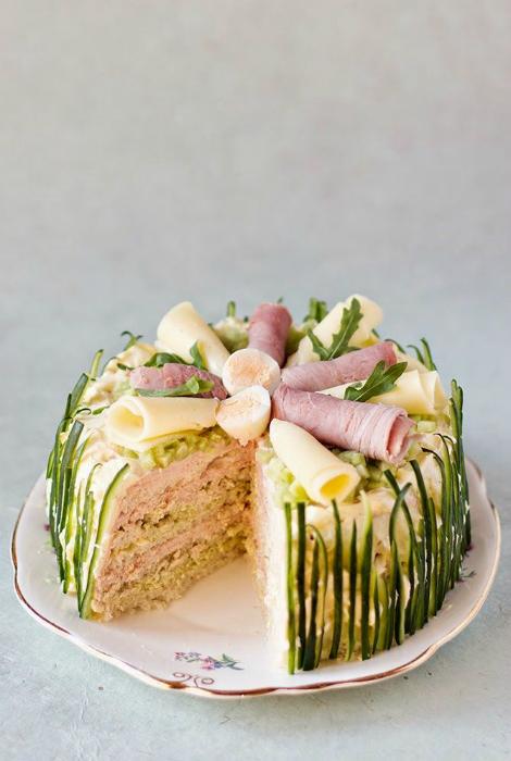 Нежный торт с паштетом.