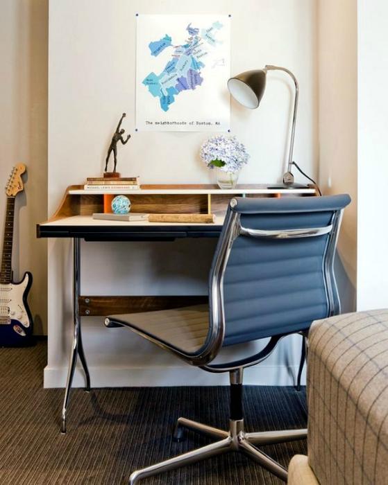 Письменный стол из дерева и ортопедическое кресло.