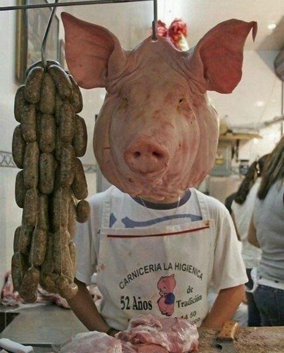 Забавный продавец мясного отдела.