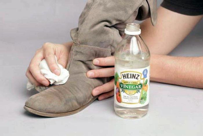 Очистить замшевую обувь от соли.
