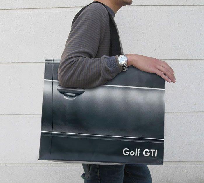 Большая сумка с 3D изображением автомобильной двери, которые были разработаны специально для Парижской автомобильной выставки.