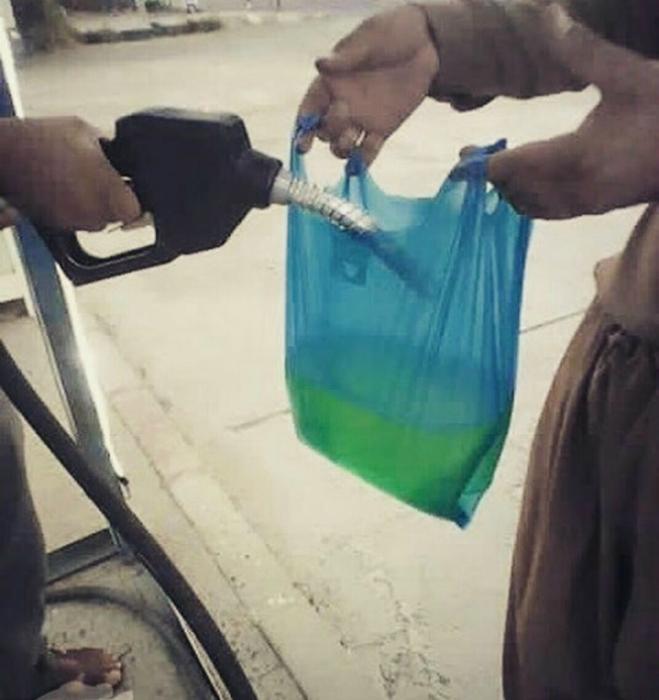 Бензин в пакете.