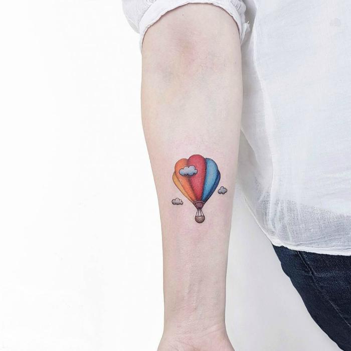 Татуировка с изображением воздушного шара.