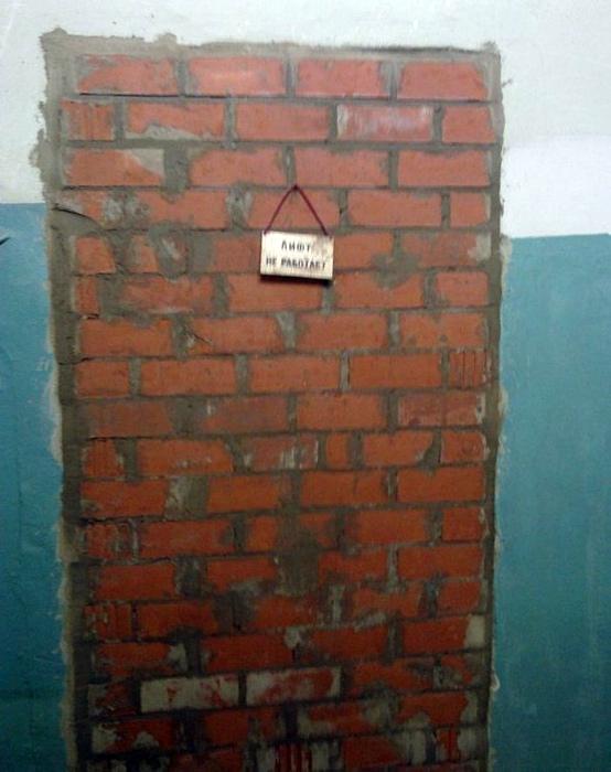 Удивительно, что лифт за кирпичной стеной не работает!