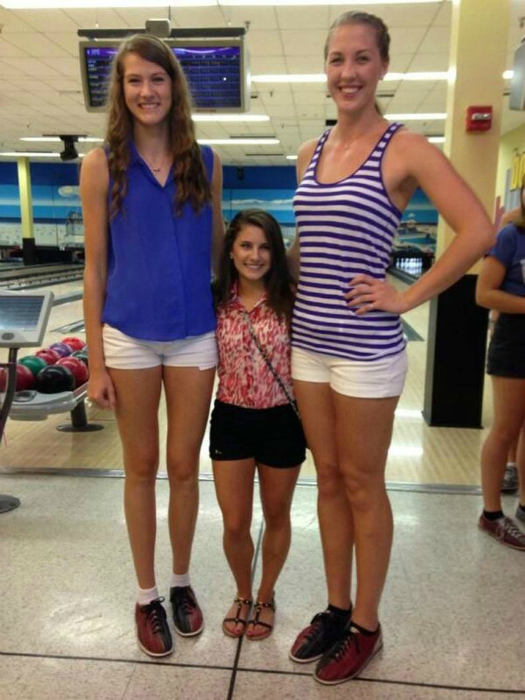 На фоне друзей, невысокие люди, выглядят как дети.