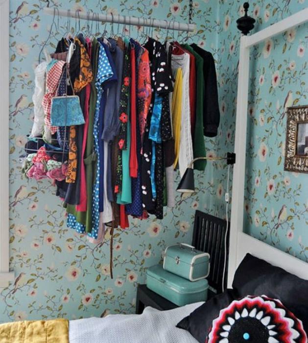 Открытая гардеробная в спальне.
