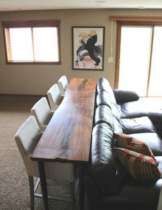 Обеденный стол за диваном.