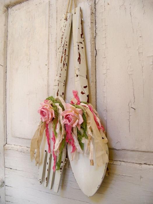 Настенное украшение в винтажном стиле из искуственно-состаренных ложек и сушенных цветов.