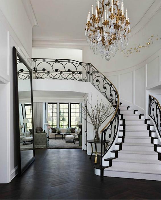 Лестница с коваными перилами.