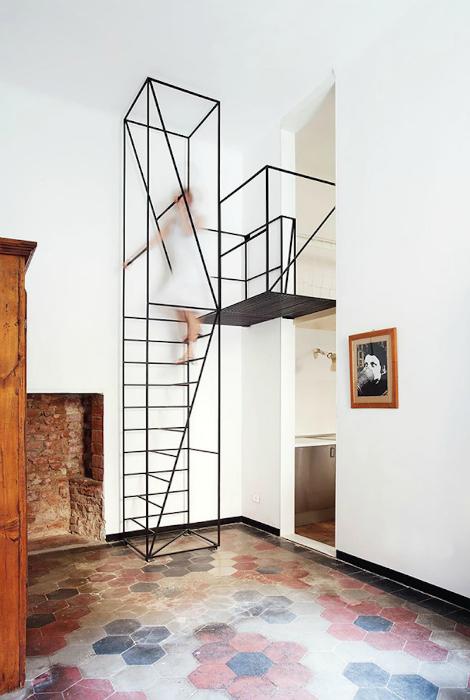 Минималистичная лестница из металла.