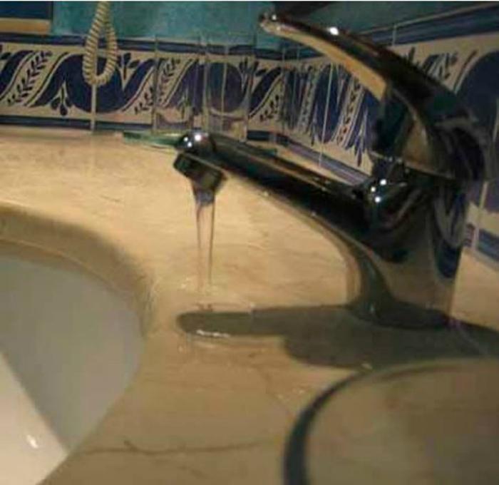 Похоже, это специальный кран для мытья раковины.
