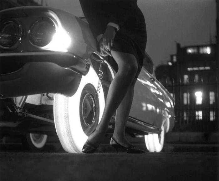 Необыкновенные шины изготовляли из синтетического каучука и ярко освещались стеклянными лампочками, установленными внутри обода колеса. 1961 год.
