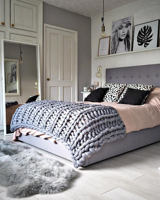 Спальня в серо-розовых тонах.