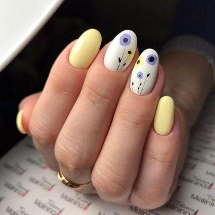 Бело-желтый маникюр с акварельными цветами.