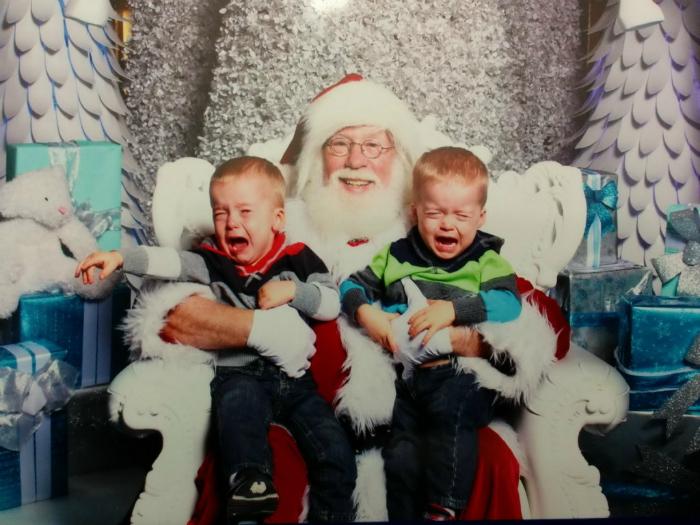 Плачущие дети и счастливый Санта.