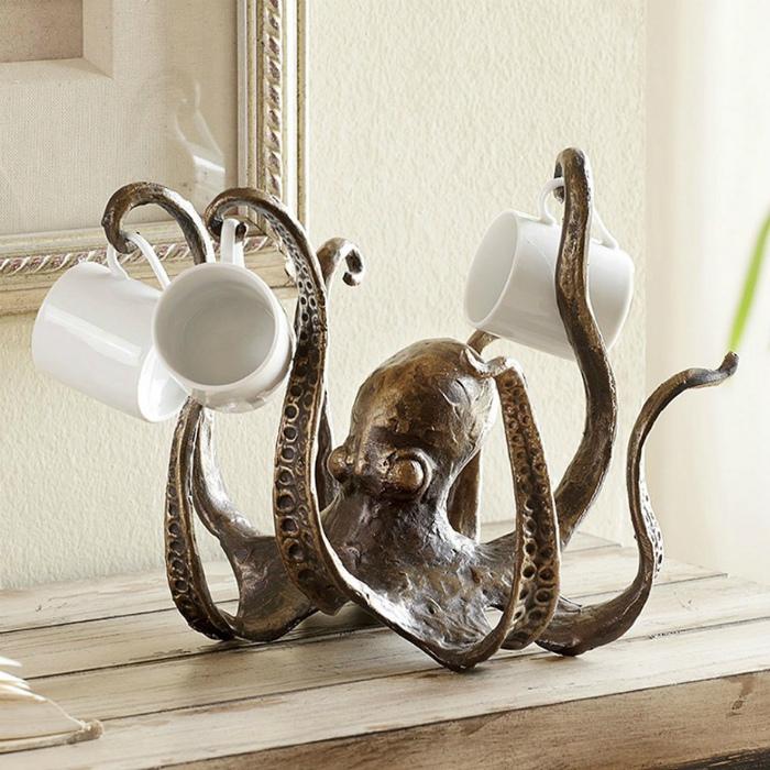 Подставка для чашек в виде осьминога.