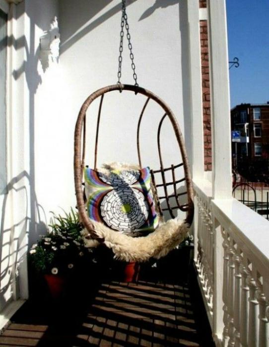 Балкон с подвесным креслом.