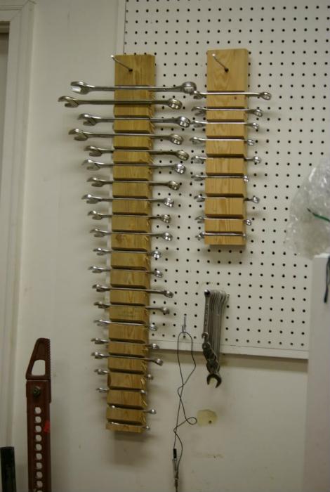 Настенный стеллаж для гаечных ключей.