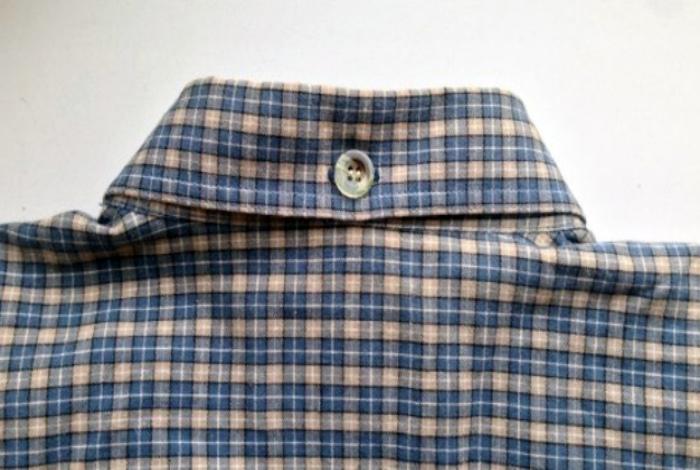 Пуговица на задней части воротника рубашки.