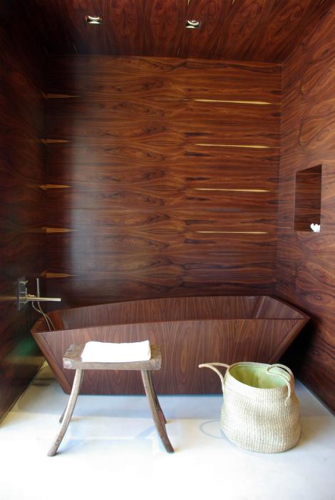 Деревянная отделка ванной комнаты.